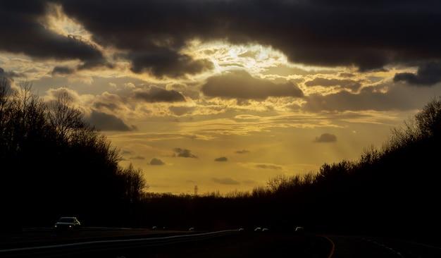 Strada e il cielo al tramonto
