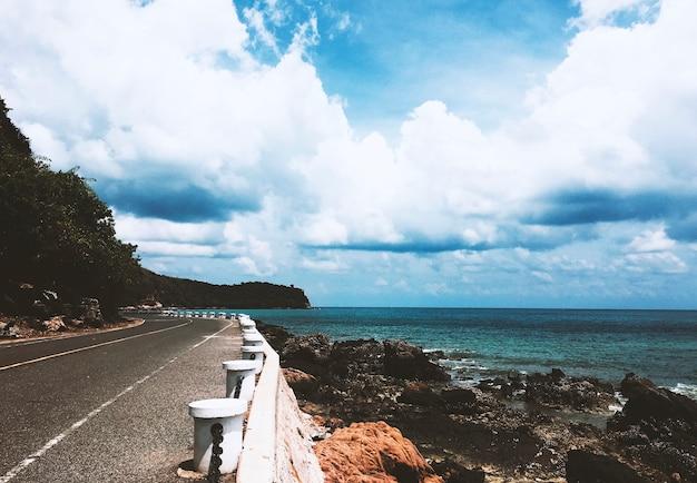 Strada e scogliera