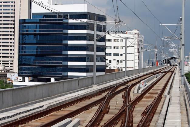 Strada ferrata del treno di alianti a bangkok tailandia con la linea del cavo elettrico sopra la pista