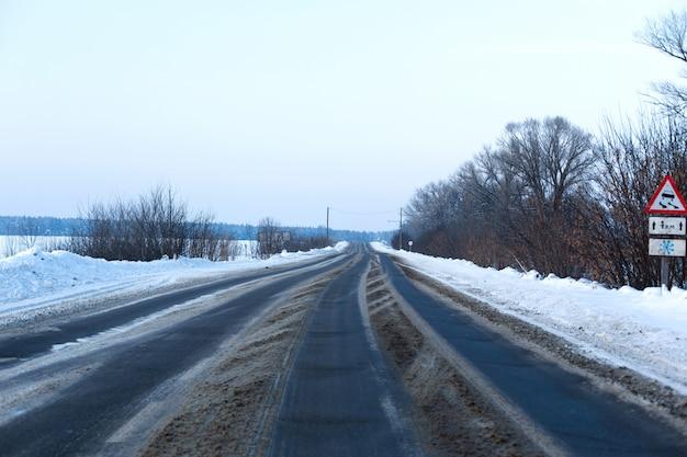 Strada in campagna cosparsa di neve