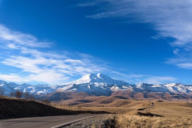 Strada in montagna, montagne del caucaso, elbrus giornata di sole, nuvoloso