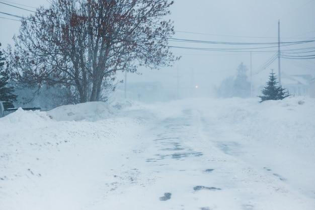 Strada innevata durante il giorno