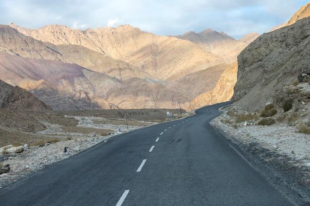 Strada nel bellissimo paesaggio di leh ladakh e vista con sfondo di montagne