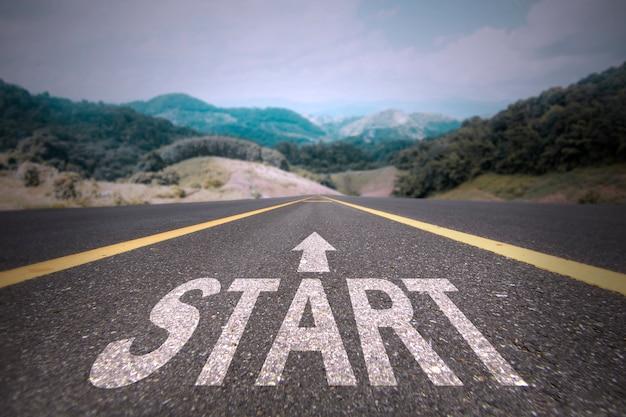 Strada per il concetto di successo, avviare la parola sulla strada
