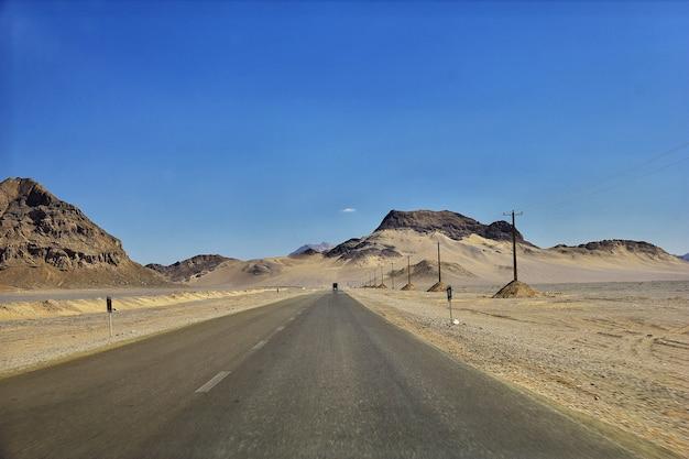 Strada per l'antica cittadella meybod in iran