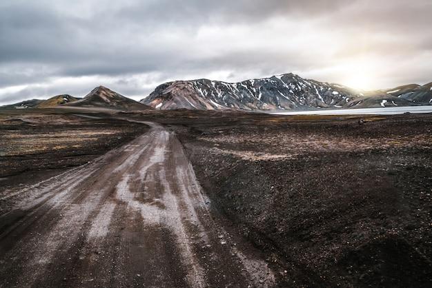 Strada per landmanalaugar sugli altopiani dell'islanda.