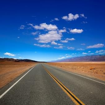 Strada principale abbandonata dell'itinerario in death valley california