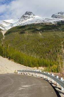 Strada principale del icefield della colombia attraverso jasper national park, alberta, canada