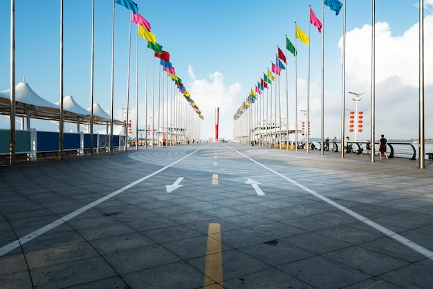 Strada principale vuota con paesaggio urbano e orizzonte di qingdao, cina.