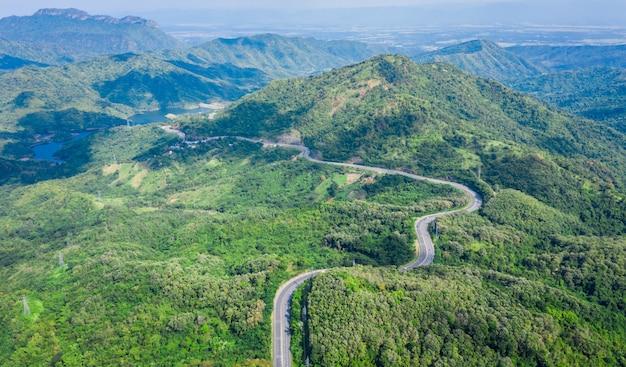 Strada senza pedaggio della strada del serpente no.12 che collega la città sul picco di montagna verde in tailandia