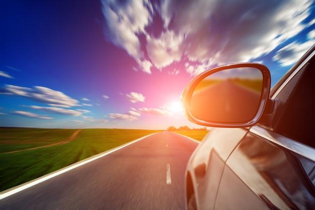 Strada sfocata e auto, tabella di movimento veloce