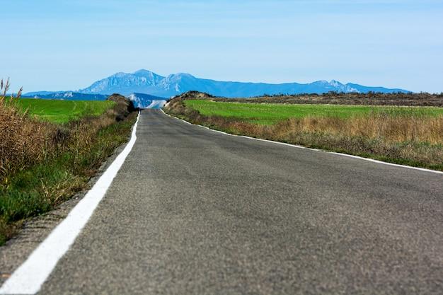 Strada sola verso le montagne