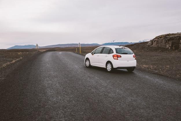 Strada solitaria islandese in territorio selvaggio senza nessuno in vista