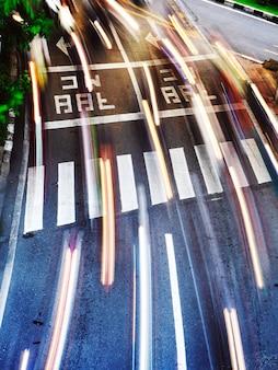 Strada trafficata in movimento