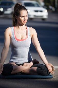Strada yoga: postura di loto