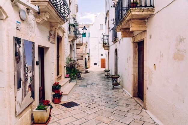 Strade con case con pareti bianche della tipica città italiana di locorotondo.