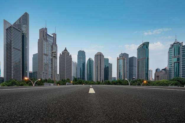 Strade urbane ed edifici moderni nel distretto finanziario di lujiazui, shanghai