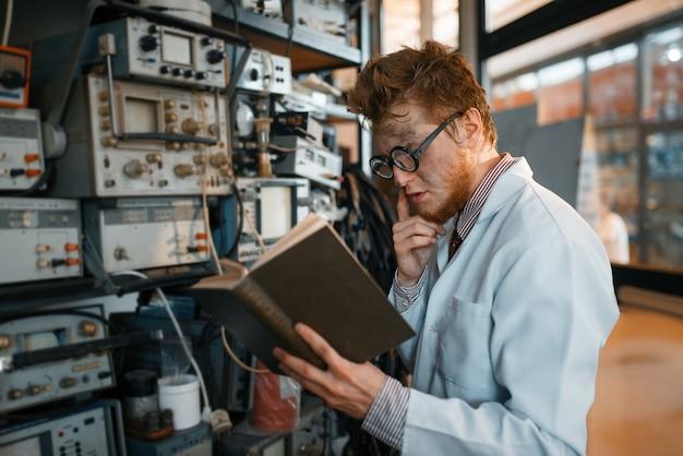 Strano ingegnere con libro, prova in laboratorio.