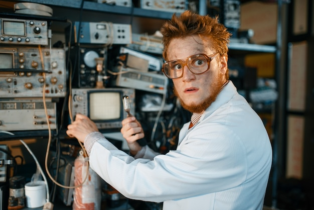 Strano ingegnere tiene tubo elettrico in laboratorio