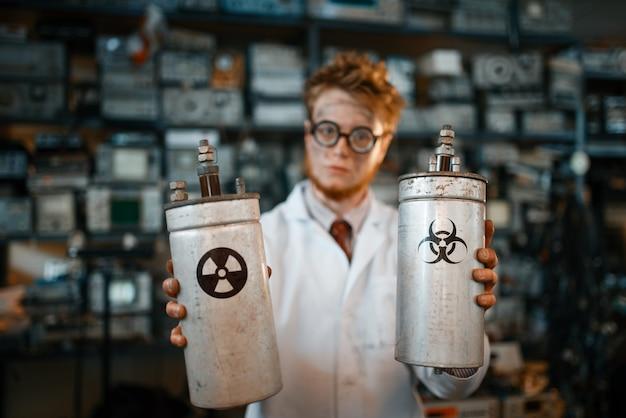 Strano scienziato tiene in mano i materiali delle radiazioni