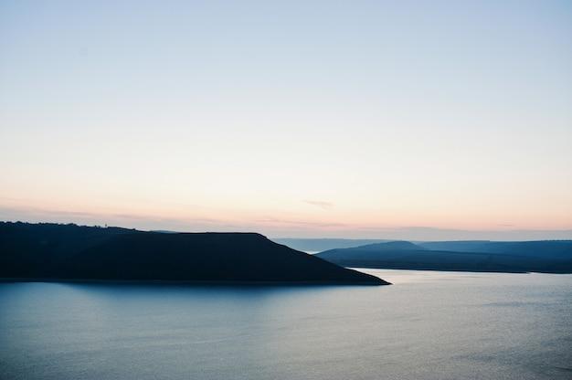 Straordinarie montagne e fiume al tramonto
