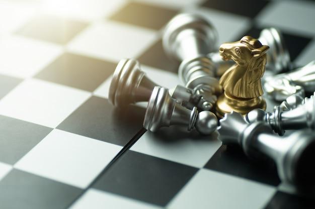 Strategia di idea e concetto confidenziale di affari della concorrenza, pezzi degli scacchi di re a bordo