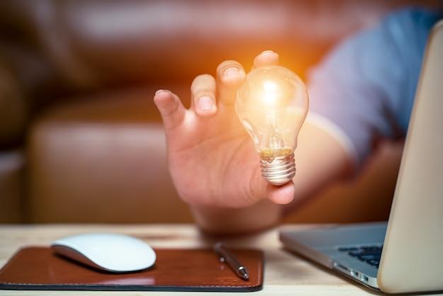Strategie di business per l'espressione creativa con un'idea di lampadina.