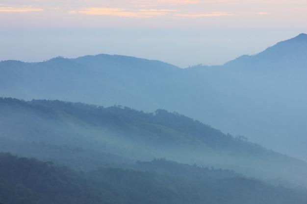 Strati di montagna coperti di nebbia.