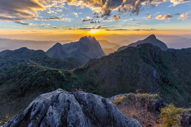 Strato di montagne e nebbia al tramonto, paesaggio a doi luang chiang dao,