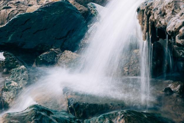 Stream che scorre attraverso le rocce