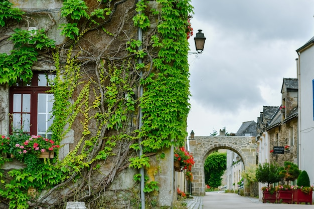 Street e colorate case antiche a rochefort-en-terre, bretagna francese