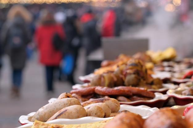 Street trading natale grigliato di carne e snack vegetali