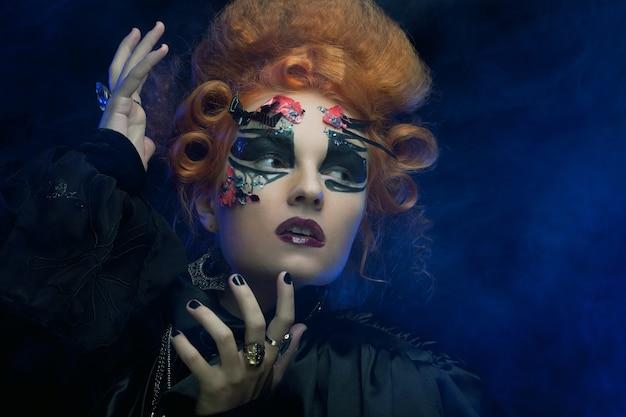 Strega gotica. donna scura foto di halloween.