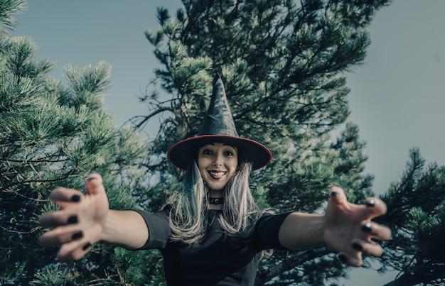 Strega spaventosa nella foresta di autunno