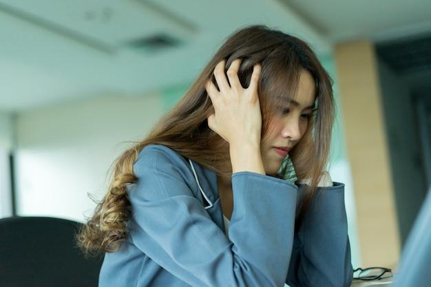 Stress donna dipendente con il lavoro