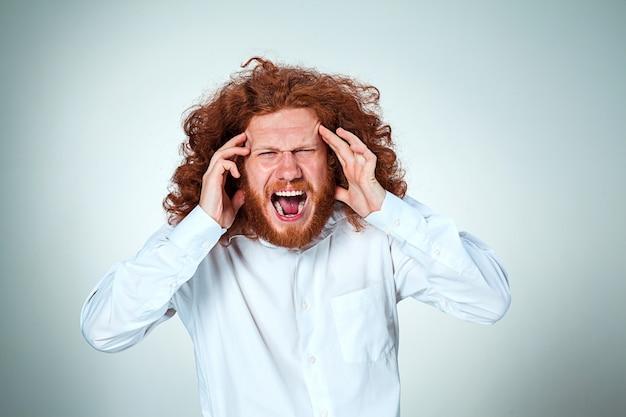 Stressato uomo d'affari con un mal di testa