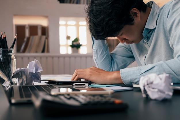 Stressato uomo d'affari oberati di lavoro in ufficio.