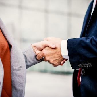 Stretta di mano che analizza concetto dei colleghi di collaborazione