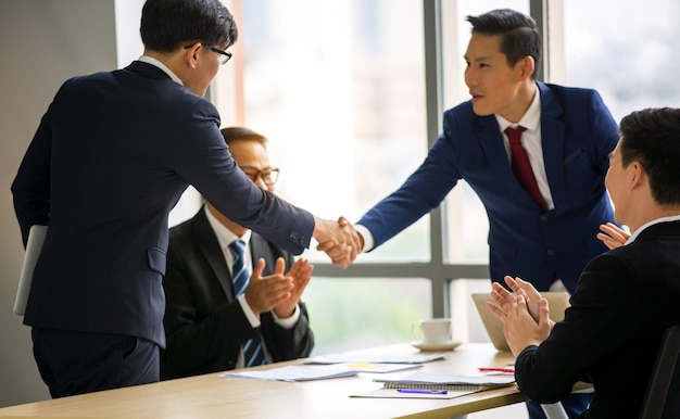 Stretta di mano dell'uomo d'affari nella riunione