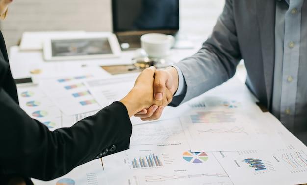 Stretta di mano di affari di accordo di due uomini d'affari che agitano le mani. concetto di cooperazione e lavoro di squadra.