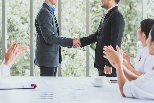 Stretta di mano di businessmans sull'ufficio startup della riunione del gruppo