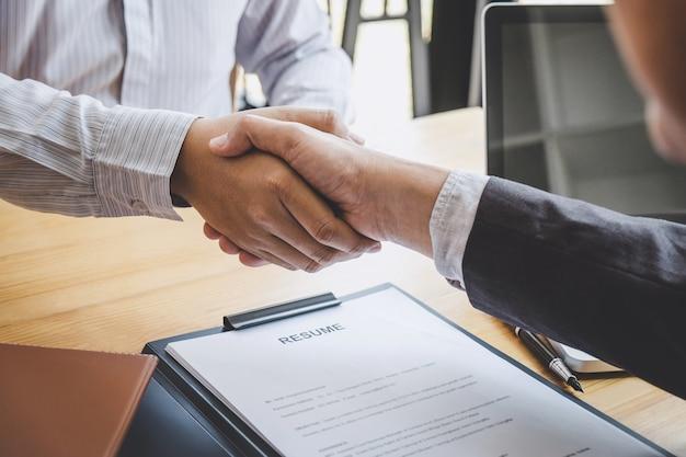 Stretta di mano durante il colloquio di lavoro, candidato che stringe la mano a intervistatore dopo un colloquio di lavoro