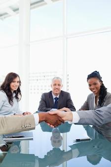 Stretta di mano tra due impiegati durante una riunione
