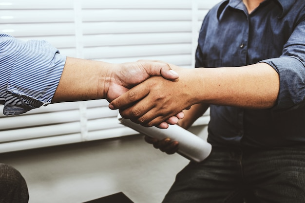 Stringe la mano a ingegneri e appaltatori