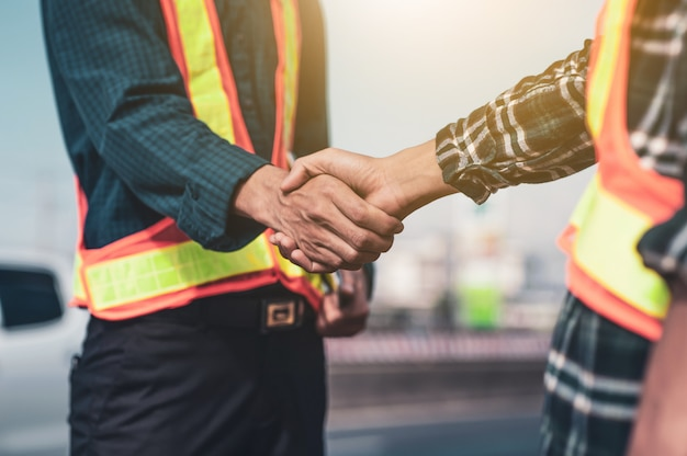 Stringere la mano o stringere la mano ingegnere partnership lavoro di squadra persone accordo squadra cooperazione successo costruzione del progetto completo