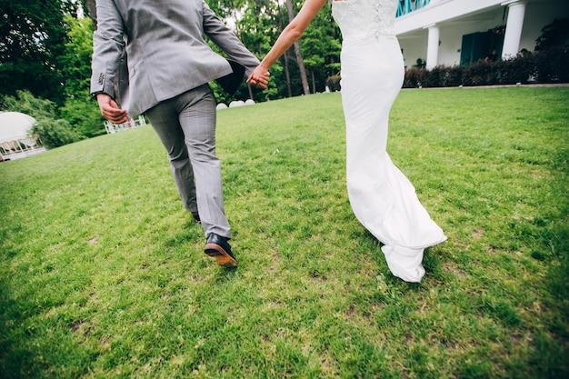 Stringimi e non lasciarmi mai andare. gli sposi felici si tengono per mano