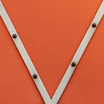Strisce metalliche con rivetti arrugginiti