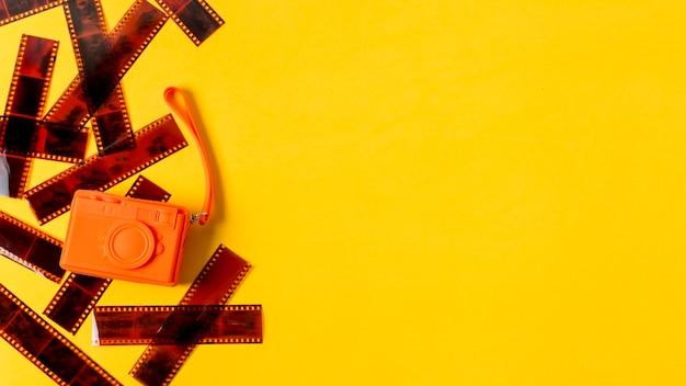 Strisce negative con una borsa arancione artificiale su sfondo giallo
