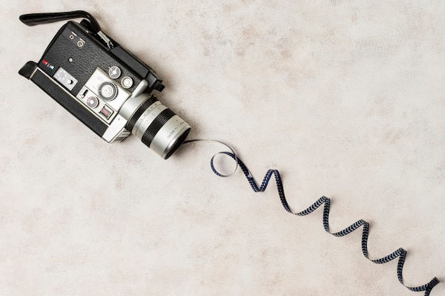 Striscia di pellicola accartocciata dalla videocamera sullo sfondo di cemento