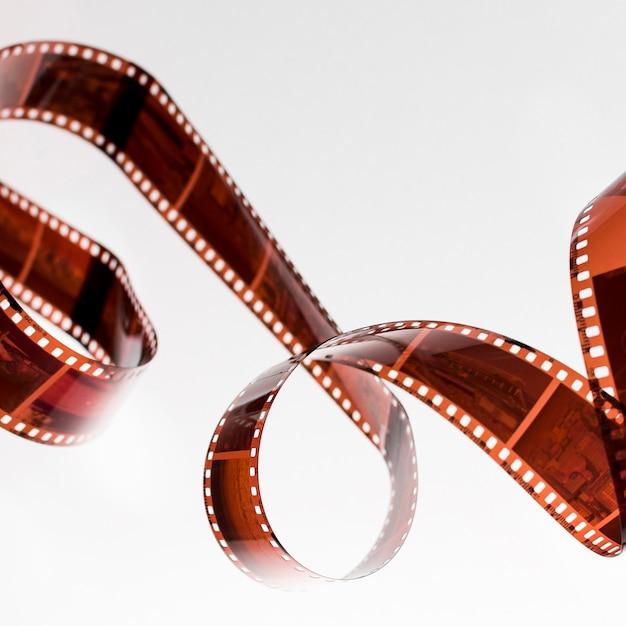 Striscia di pellicola non sviluppata contorta isolata su fondo bianco